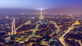 Vista aérea de París en el crepúsculo Imagen de archivo libre de regalías