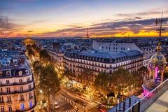 Vista aérea de París iluminada en la oscuridad con la torre Eiffel fotografía de archivo