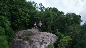 Vista aérea de pares al borde de la roca en el punto del Mountain View almacen de video