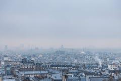Vista aérea de Paris, capital de França, durante uma tarde fria do inverno, com as nuvens e a névoa geradas pela poluição imagens de stock
