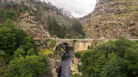 Vista aérea de passagens da natureza de Paiva no rio de Paiva, Portugal Foto de Stock