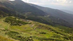 Vista aérea de piedras en las montañas, cierre para arriba almacen de video