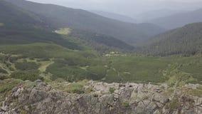 Vista aérea de piedras en las montañas, cierre para arriba almacen de metraje de vídeo