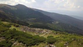 Vista aérea de piedras en las montañas, cierre para arriba metrajes