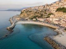 Vista aérea de Pizzo Calabro, cais, castelo, Calabria, turismo Itália Vista panorâmica da cidade pequena de Pizzo Calabro pelo ma foto de stock