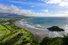 A vista aérea de Plymouth novo e o litoral de Paritutu balançam em Plymouth novo Fotografia de Stock Royalty Free