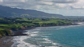 A vista aérea de Plymouth novo e o litoral de Paritutu balançam em Plymouth novo Fotos de Stock Royalty Free