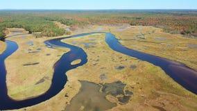 Vista aérea de poco estuario del río en Wells, Maine almacen de video
