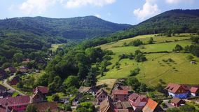 Vista aérea de poco pueblo Breitenbach en las montañas de los Vosgos, Alsacia almacen de video