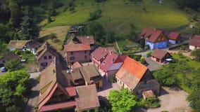 Vista aérea de poco pueblo Breitenbach en las montañas de los Vosgos, Alsacia metrajes