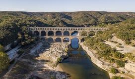 Vista aérea de Pont du Gard, um aqueduto romano antigo que cruze o rio de Gardon em França do sul fotos de stock royalty free