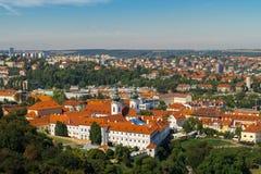 A vista aérea de Praga do monte de Petrin Fotografia de Stock Royalty Free