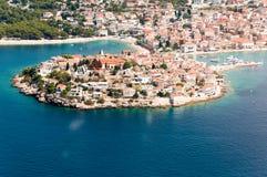 Vista aérea de Primosten, destino croata popular del verano Foto de archivo