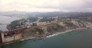 Vista aérea de puente Golden Gate cubierto en nubes almacen de metraje de vídeo