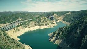 Vista aérea de puentes higway y ferroviarios en el área montañosa de España almacen de metraje de vídeo
