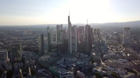Vista aérea de rascacielos en el centro de la ciudad de Francfort sobre la tubería, Alemania metrajes