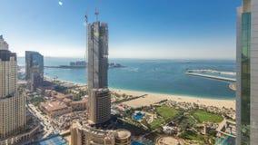 Vista aérea de rascacielos y de la playa modernos en el timelapse de Jumeirah Beach Residence JBR en Dubai, UAE almacen de metraje de vídeo