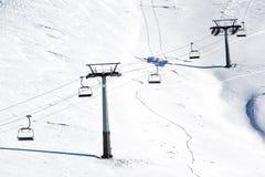 Vista aérea de remontes sobre la montaña nevada Imagen de archivo libre de regalías