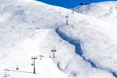 Vista aérea de remontes sobre la montaña nevada Foto de archivo libre de regalías