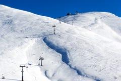 Vista aérea de remontes sobre la montaña nevada Fotografía de archivo