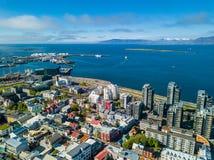 Vista aérea de Reykjavik a la ciudad abajo Ciudad de Islandia Luz del día del tiempo de verano Foto de archivo