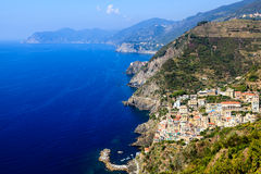 Vista aérea de Riomaggiore en Cinque Terre Fotografía de archivo libre de regalías