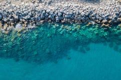 Vista aérea de rocas en el mar Descripción del fondo del mar considerado desde arriba, imagen de archivo libre de regalías