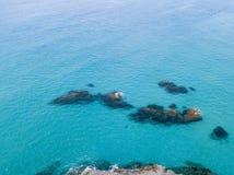 Vista aérea de rocas en el mar Descripción del fondo del mar vista desde arriba, agua transparente imagen de archivo libre de regalías