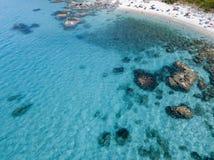 Vista aérea de rocas en el mar Descripción del fondo del mar vista desde arriba, agua transparente fotografía de archivo libre de regalías