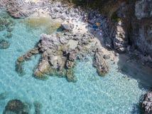 Vista aérea de rocas en el mar Descripción del fondo del mar vista desde arriba, agua transparente imagen de archivo