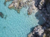 Vista aérea de rocas en el mar Descripción del fondo del mar vista desde arriba, agua transparente fotos de archivo