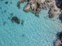 Vista aérea de rocas en el mar Descripción del fondo del mar vista desde arriba, agua transparente imagenes de archivo