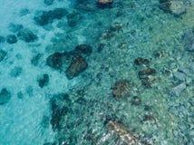 Vista aérea de rocas en el mar Descripción del fondo del mar visto desde arriba imagen de archivo libre de regalías