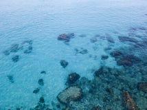 Vista aérea de rocas en el mar Descripción del fondo del mar visto desde arriba foto de archivo libre de regalías