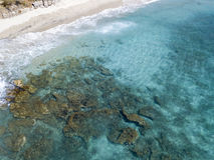 Vista aérea de rocas en el mar Descripción del fondo del mar visto desde arriba imágenes de archivo libres de regalías