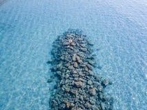 Vista aérea de rocas en el mar Descripción del fondo del mar visto desde arriba foto de archivo