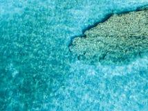 Vista aérea de rocas en el mar Descripción del fondo del mar visto desde arriba imagenes de archivo
