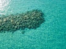 Vista aérea de rocas en el mar Descripción del fondo del mar visto desde arriba fotografía de archivo libre de regalías