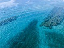 Vista aérea de rocas en el mar Descripción del fondo del mar visto desde arriba fotografía de archivo