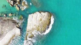 Vista aérea de rocas grandes en el océano metrajes