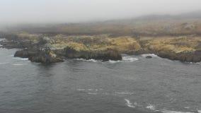 Vista aérea de Rocky Northern California Coastline e da névoa filme
