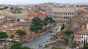Vista aérea de Roma y de Colosseum del palacio de Vittorio Emmanuelle almacen de metraje de vídeo