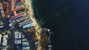 Vista aérea de ruas de San Diego e uma praia e o Oceano Pacífico vídeos de arquivo