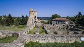 Vista aérea de ruinas de la fortaleza medieval Kastra Martis, Bulgaria foto de archivo libre de regalías