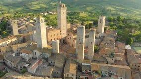 Vista aérea de San Gimignano e de sua cidade velha medieval com as torres famosas filme