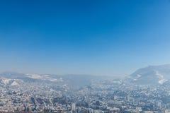 Vista aérea de Sarajevo durante uma tarde ensolarada do inverno, coberta na neve foto de stock