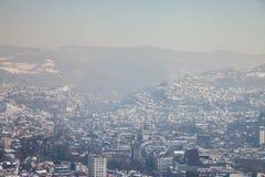Vista aérea de Sarajevo durante uma tarde ensolarada do inverno, coberta na neve imagem de stock royalty free