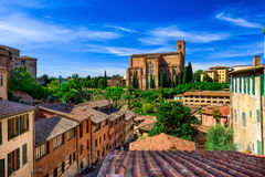 Vista aérea de Siena y de la basílica de San Domingo foto de archivo libre de regalías