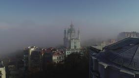 Vista aérea de St Andrew Church temprano por la mañana en la niebla, Kiev, Ucrania almacen de metraje de vídeo