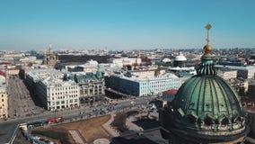 Vista aérea de St Petersburg, da catedral de Kazan e de outras construções históricas no centro da cidade contra vídeos de arquivo